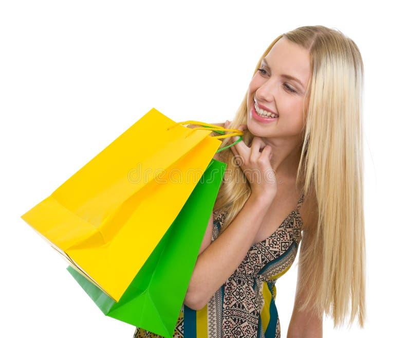 Z torba na zakupy uśmiechnięta nastoletnia dziewczyna zdjęcie stock