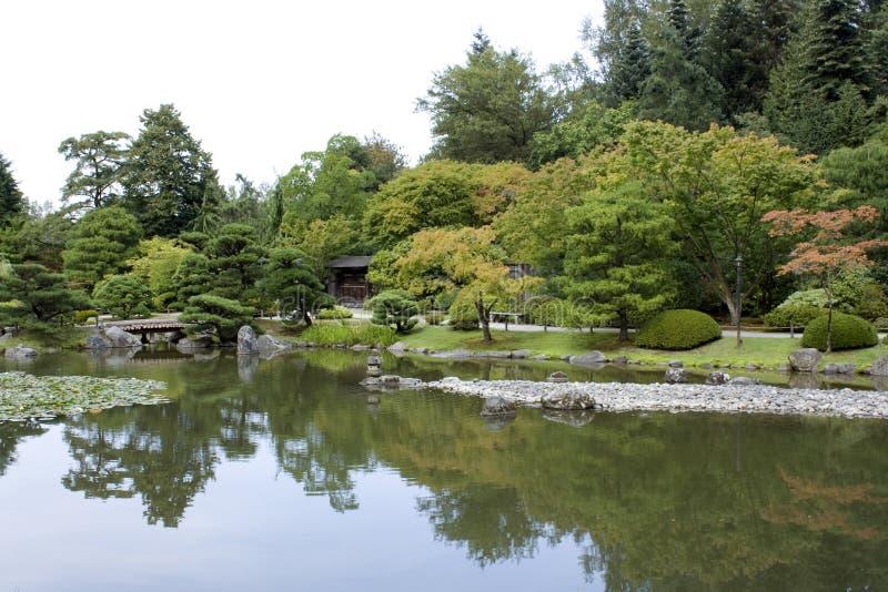 Z tradycyjną bramą japończyka ogród fotografia royalty free