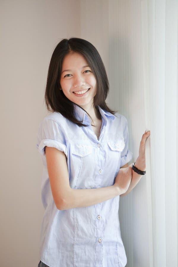 Z uśmiechniętą twarzą azjatycka kobieta fotografia stock