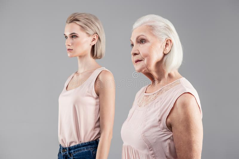 Z włosami kobiety różni wieki ono pokazuje od strony obraz stock