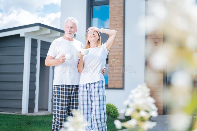 Z włosami żona cieszy się perfect ranek atmosferę z jej mężem obraz stock
