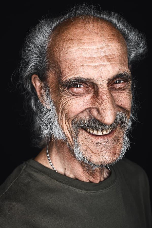 Z włosami dorośleć mężczyzny śmia się, radujący się przy dobre wieści, stary człowiek ma zabawę fotografia royalty free