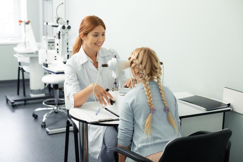 Z włosami nastoletnia dziewczyna odwiedza prywatny detektyw klinikę obraz royalty free