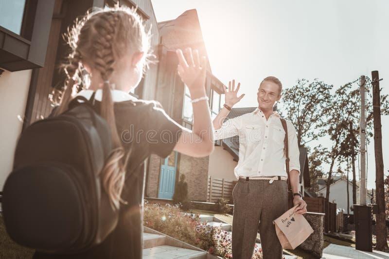 Z włosami ojciec mówi walkower jego córka po brać ona szkoła fotografia royalty free