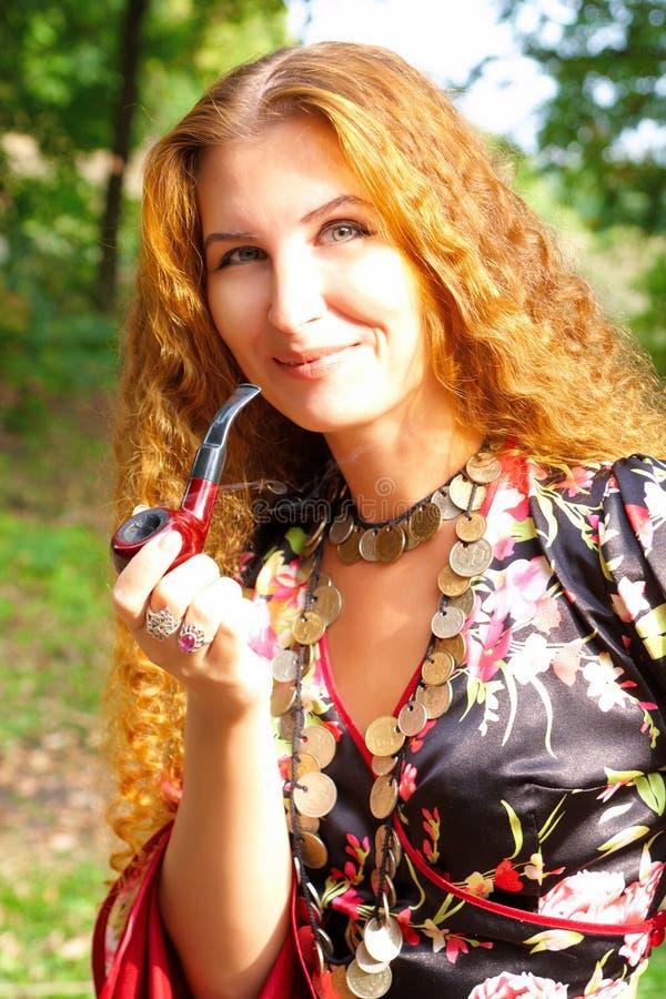 z włosami piękna imbirowa dziewczyna zdjęcia royalty free