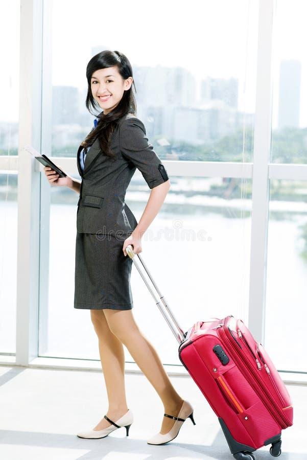 Z walizką biznesowa dama fotografia royalty free