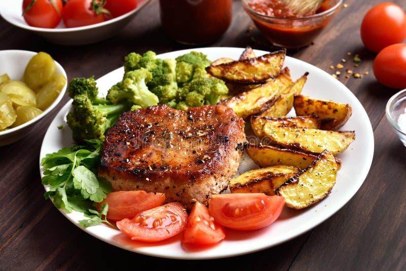 Z warzywami wieprzowiny piec na grillu mięso zdjęcie royalty free
