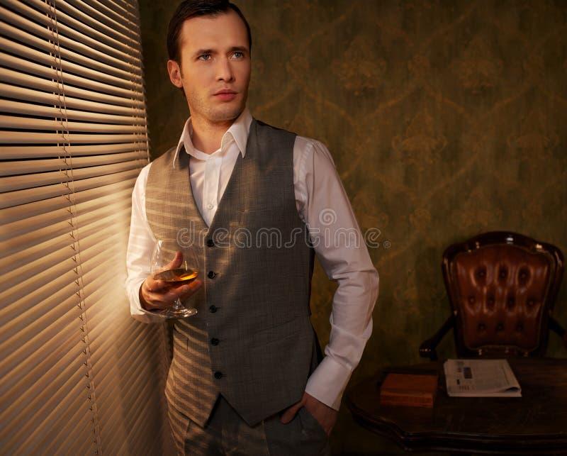 Z whisky przystojny mężczyzna obrazy stock