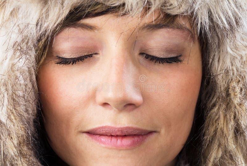Z zamkniętymi oczami zrelaksowana kobieta zdjęcia stock