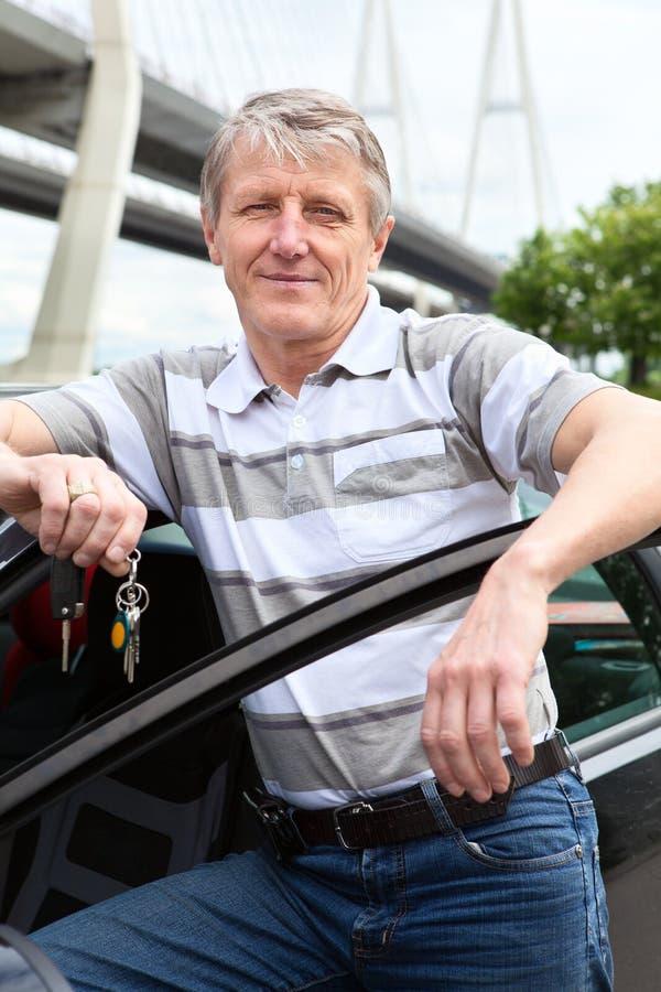 Z zapłonowym kluczem radosny dojrzały kierowca fotografia royalty free