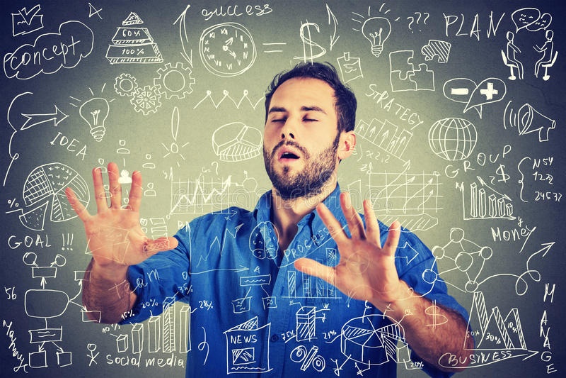 Z zasłoniętymi oczami młody biznesowego mężczyzna gmerania odprowadzenie przez ogólnospołecznego medialnego pieniężnych dane plan obrazy stock