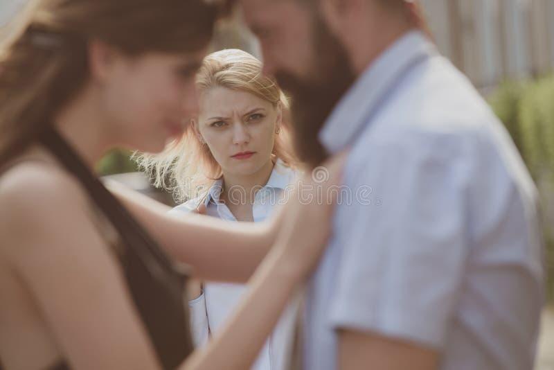 Z zazdrością żona Nieszczęśliwy dziewczyny czuć z zazdrością Romantyczna para mężczyzny i kobiety datowanie Brodaty mężczyzna osz zdjęcia stock