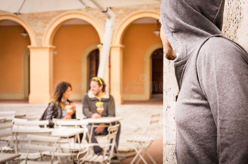 Z zazdrością mężczyzna czajenia para kochankowie obrazy stock