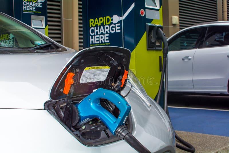 załadować samochód elektryczny obrazy royalty free