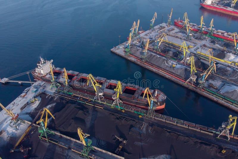 Załadunek górnictwa węgla w porcie na statku transportowym z wiaduktem żurawia pociągu Widok z góry obrazy royalty free