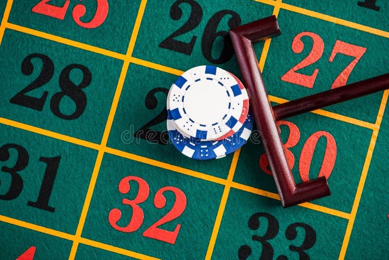 ZaÅ'ożenie chipów kasynowych na szczęśliwy numer, ruletki hazard zdjęcia royalty free