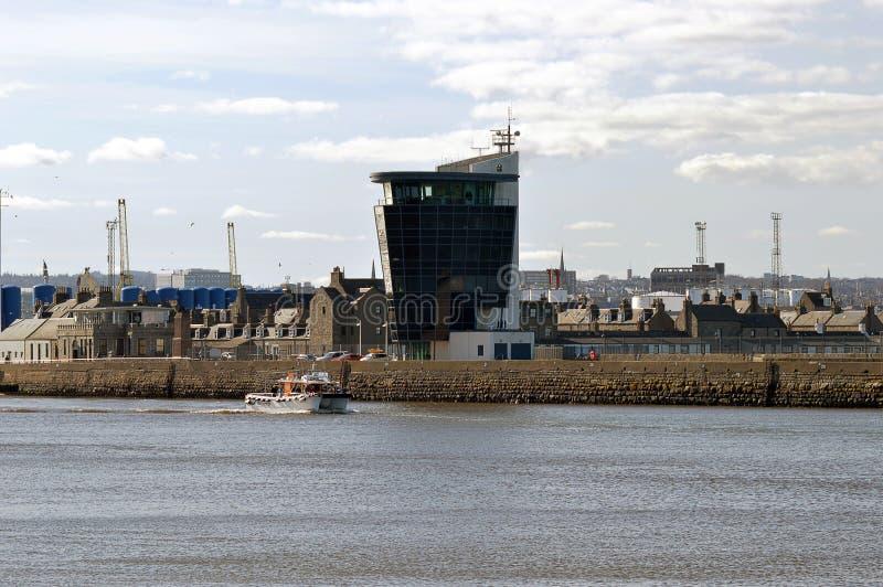 Załoga przeniesienia łódź opuszcza Aberdeen schronienie, Szkocja, podnosić u fotografia stock