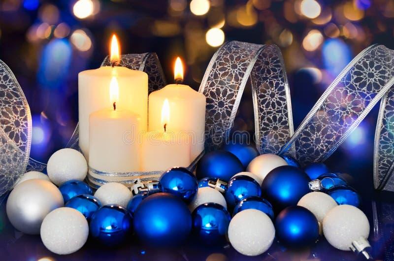 Zaświecać świeczek i błękitnych białych bożych narodzeń drzewne dekoracje na zdjęcie stock