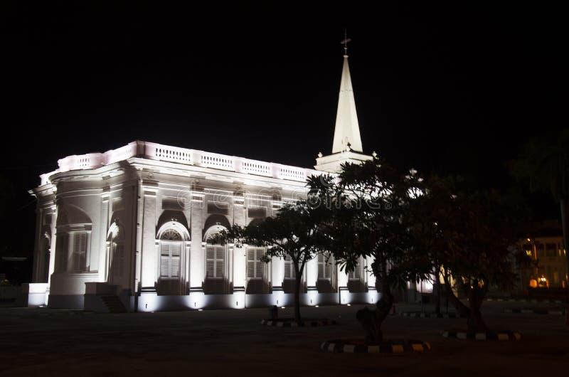 Zaświecać St George kościół w nighttime blisko małych ind a fotografia stock