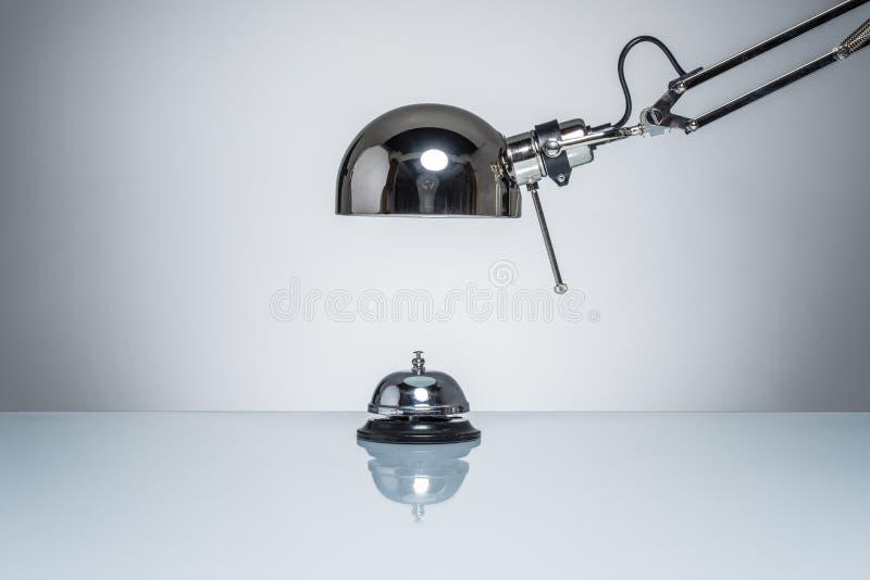 Zaświecać w górę hotelowego dzwonu dla dzwonić usługa z biurko lampą zdjęcia stock