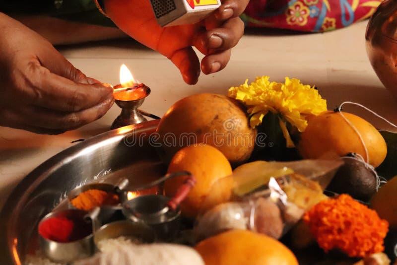 Zaświecać w górę płomienia Indiański Tradycyjny Święty naczynie zdjęcie royalty free