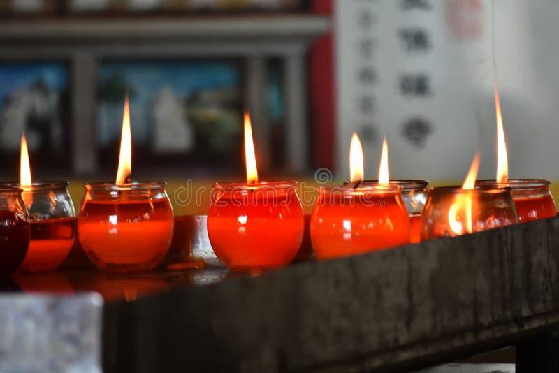 Zaświeca świeczkę w miejscu dokąd ludzie uwielbiają zdjęcia stock