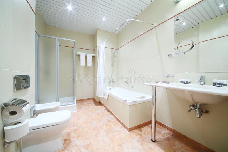 Zaświeca i pusta łazienka z bielu skąpaniem, toaleta obraz stock