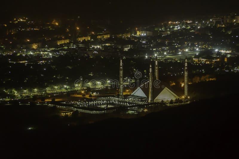 Zaświeca up Faisal meczet wśród noc ekranu Islamabad miasto zdjęcia royalty free