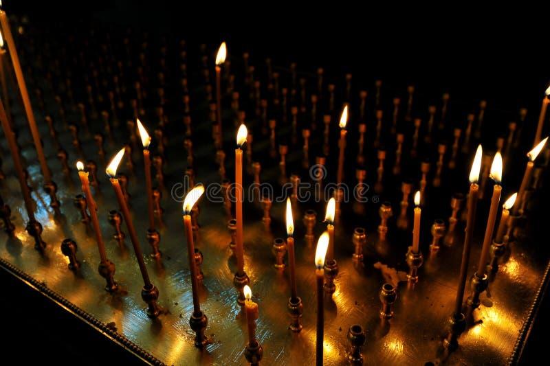 Zaświecająca świeczka wśrodku Ortodoksalnego kościół obraz royalty free