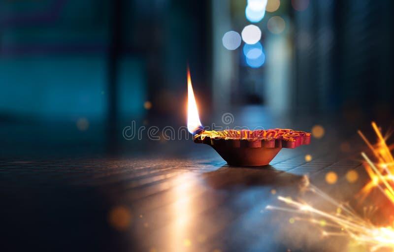 Zaświecająca diya lampa na ulicie z petardami obrazy royalty free