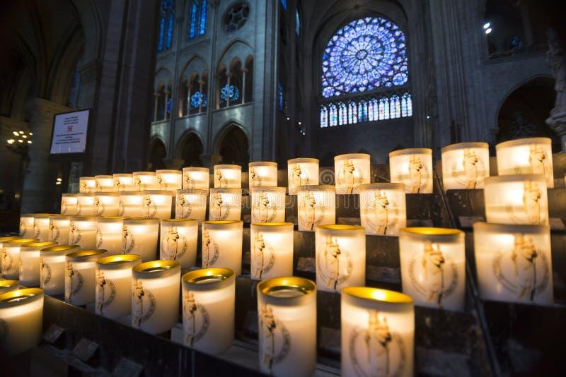 Zaświecający Candels Wśrodku Notre Damae katedry zdjęcie stock