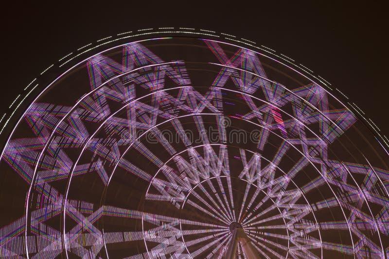 Zaświecający Ferris toczy wewnątrz parkową noc zdjęcia stock