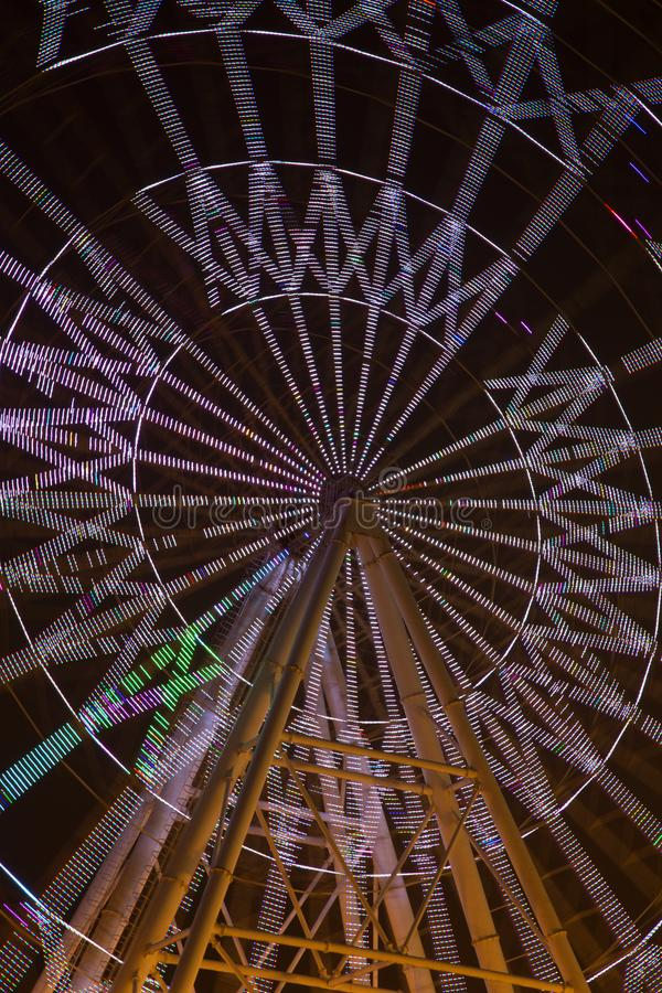 Zaświecający Ferris toczy wewnątrz parkowego noc widok fotografia stock