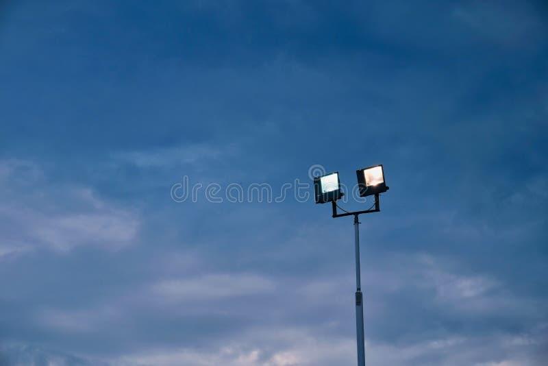 Zaświecający Floodlights w wczesnym wieczór zdjęcie royalty free