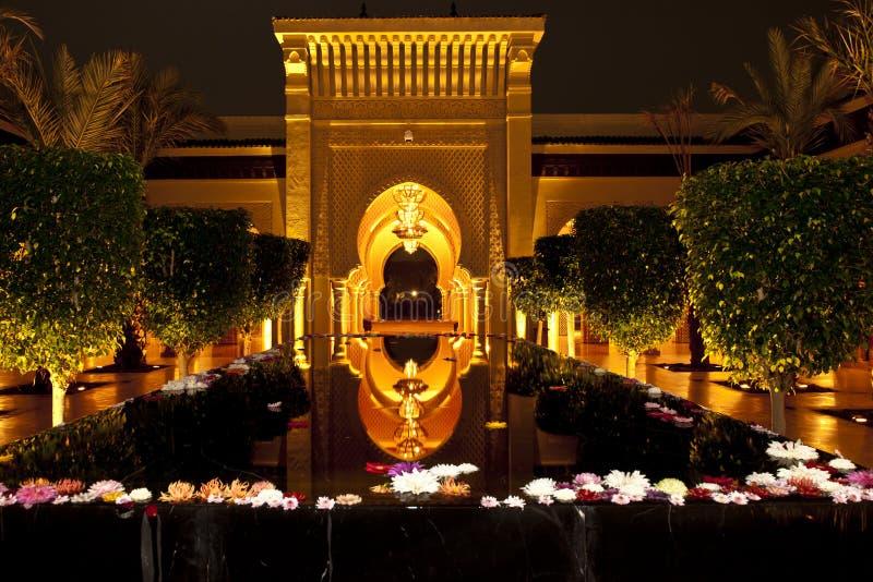 Zaświecający orientalny wejście z geometrycznymi wzorami i wodny basen Hotelowa Mazagan miejscowość nadmorska, Maroko zdjęcia stock