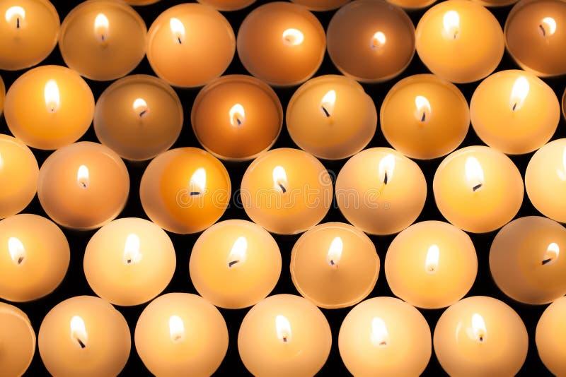 Zaświecający tealight blasku świecy tła wizerunek Zaświecający płomienny candl obraz stock