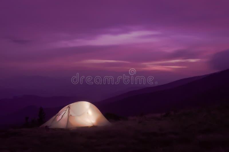 Zaświecający up namiot przy zmierzchem obraz royalty free