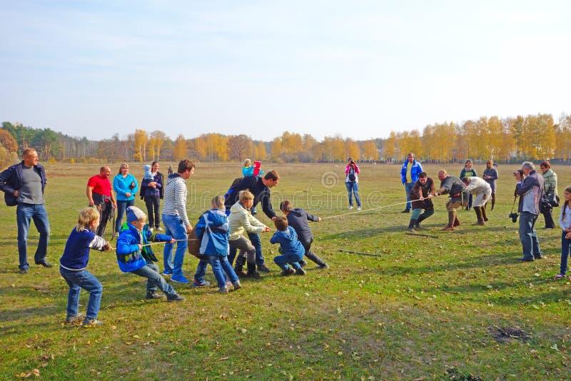 Zażarta rywalizacja - dzieci przeciw dorosłym zdjęcie royalty free