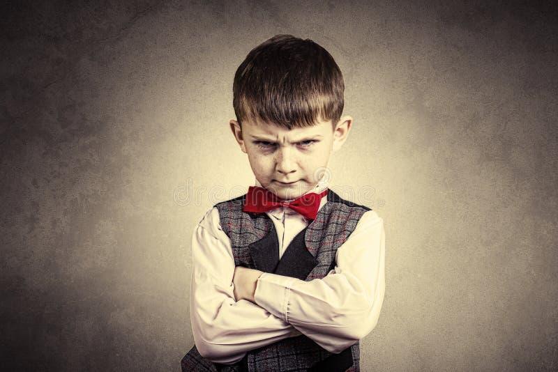 Zażarta, smutna, wzburzona chłopiec, dziecko nad popielatym backgro zdjęcie stock