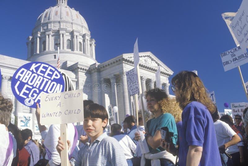 Za aborcją maszerujący trzyma znaki, zdjęcia stock