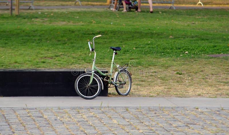 za bicyklu ogrodzenia starym parkowym drzewem obrazy royalty free
