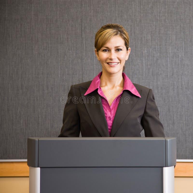 za bizneswomanu podium pozycją obraz stock