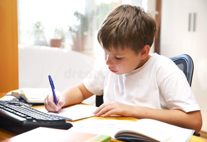 za chłopiec biurkiem zdjęcia stock