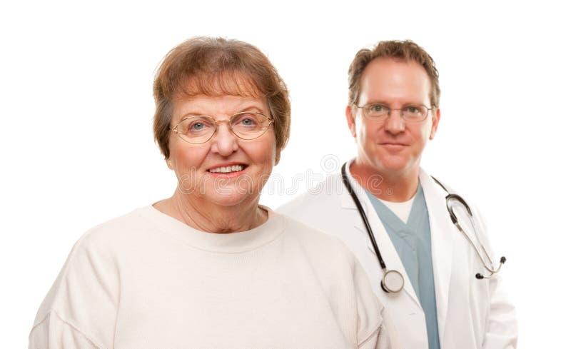 za doktorską starszą uśmiechniętą kobietą fotografia stock