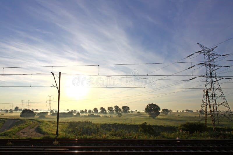 Za elektryczność pilonem słońca wydźwignięcie zdjęcie stock