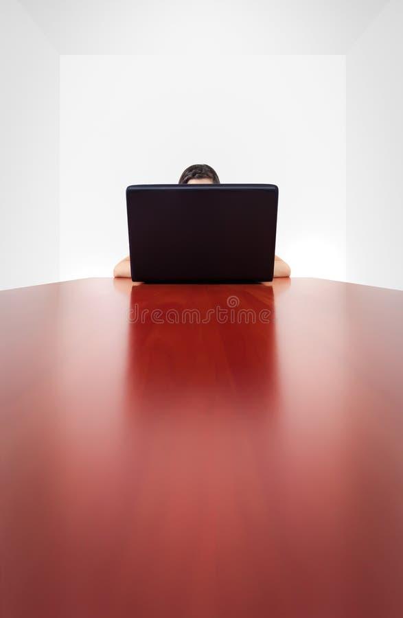 Za komputerowym laptopem anonimowa dziewczyna zdjęcia stock