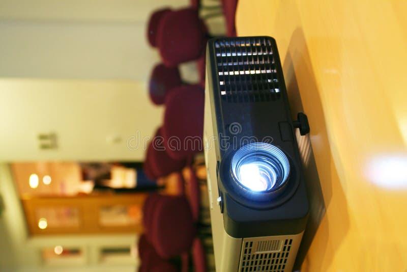 za krzesło projektora pionowe stołu drzwi obraz stock