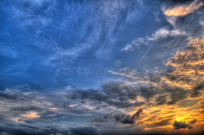 za niebieskim ustawień słońce z nieba zdjęcie stock