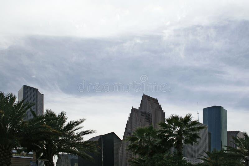 za obłocznymi ryczący drapaczami chmur zdjęcie royalty free