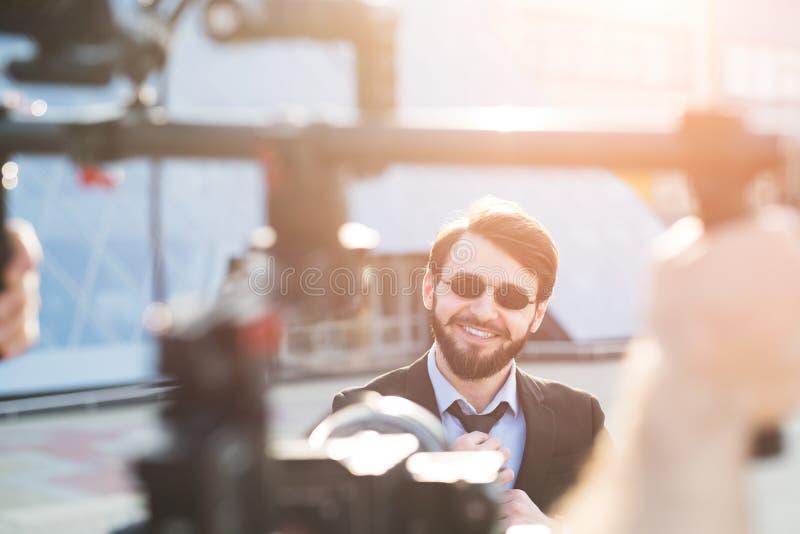 Za sceną modnisia brodaty biznesmen fotografia stock